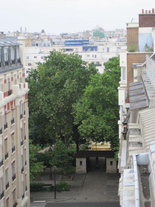 Wohnung 10 seitlicher Blick vom Balkon auf den Square de la Roquette