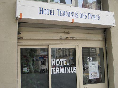 Charming Die Aufschrift Vor Dem Hotel War Nicht Leicht Zu Finden, Weil Sie Mit  Tischen Und Stühlen Arg Vollgestellt War. Ein Ziemlich Trostloser Anblick.  Da Weit Und ...