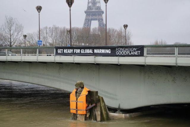 1093535-le-zouave-du-pont-de-l-alma-a-paris-a-ete-equipe-d-un-gilet-de-sauvetage-le-4-fevrier-2018-pour-sens