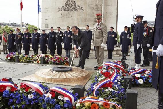 le-president-francais-francois-hollande-ravive-la-flamme-de_944066-1