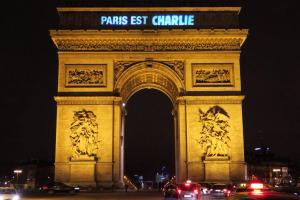 09-paris-est-charlie-arc-du-triomphe-w529-h352-2x