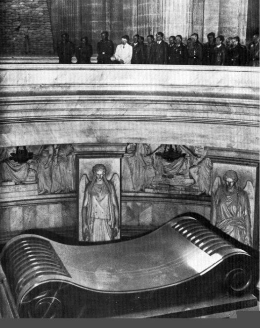 hitler-at-tomb-of-napoleon
