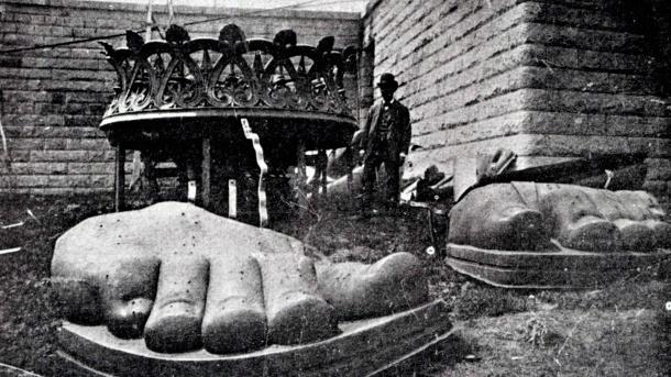 aufnahme-im-jahr-1885-die-fuesse-der-statue-sind-in-new-york-angekommen