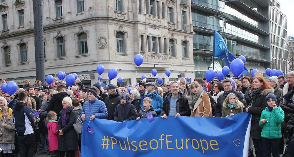 2062913_ca-se-passe-en-europe-francfort-berceau-dune-mobilisation-citoyenne-pro-europe-web-tete-0211777227662_1000x533