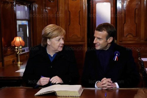angela-merkel-et-emmanuel-macron-ont-signe-le-livre-d-or-a-l-interieur-de-la-reproduction-du-wagon-de-l-armistice-photo-philippe-wojazer-afp-1541872762