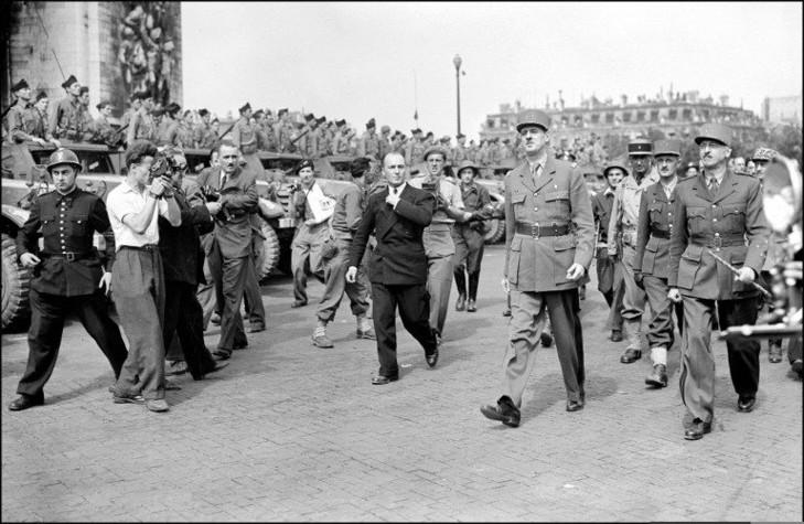 Le-26-aout-1944-generaux-Gaulle-Leclerc-appretent-rejoindre-cathedrale-Notre-Dame-apres-avoir-defile-Champs-Elysees-pour-celebr