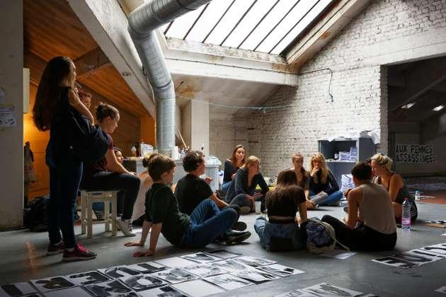 Réunion de préparation de la soirée : les militantes font le point sur les lieux de collage et les messages qui y seront affichés. ©camillegharbi