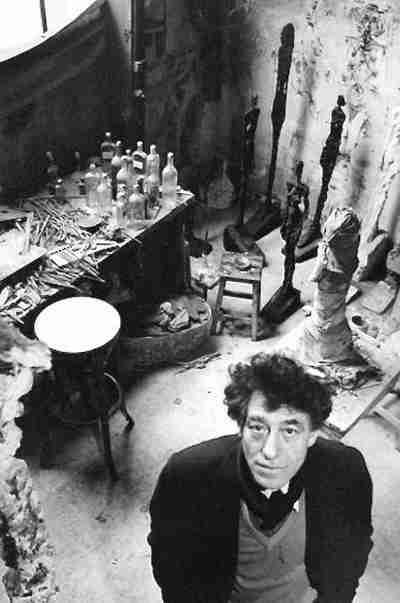 Artiste, Alberto Giacometti dans son atelier par Robert Doisneau